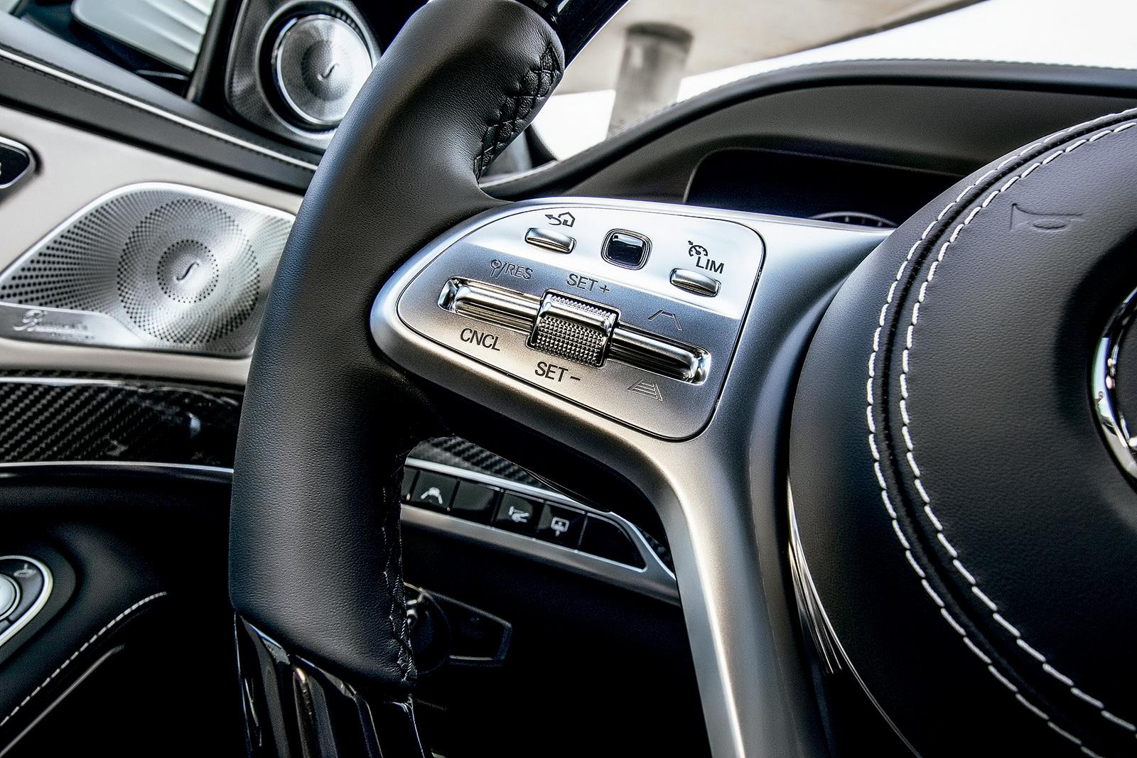 Botões no volante ativam o piloto automático
