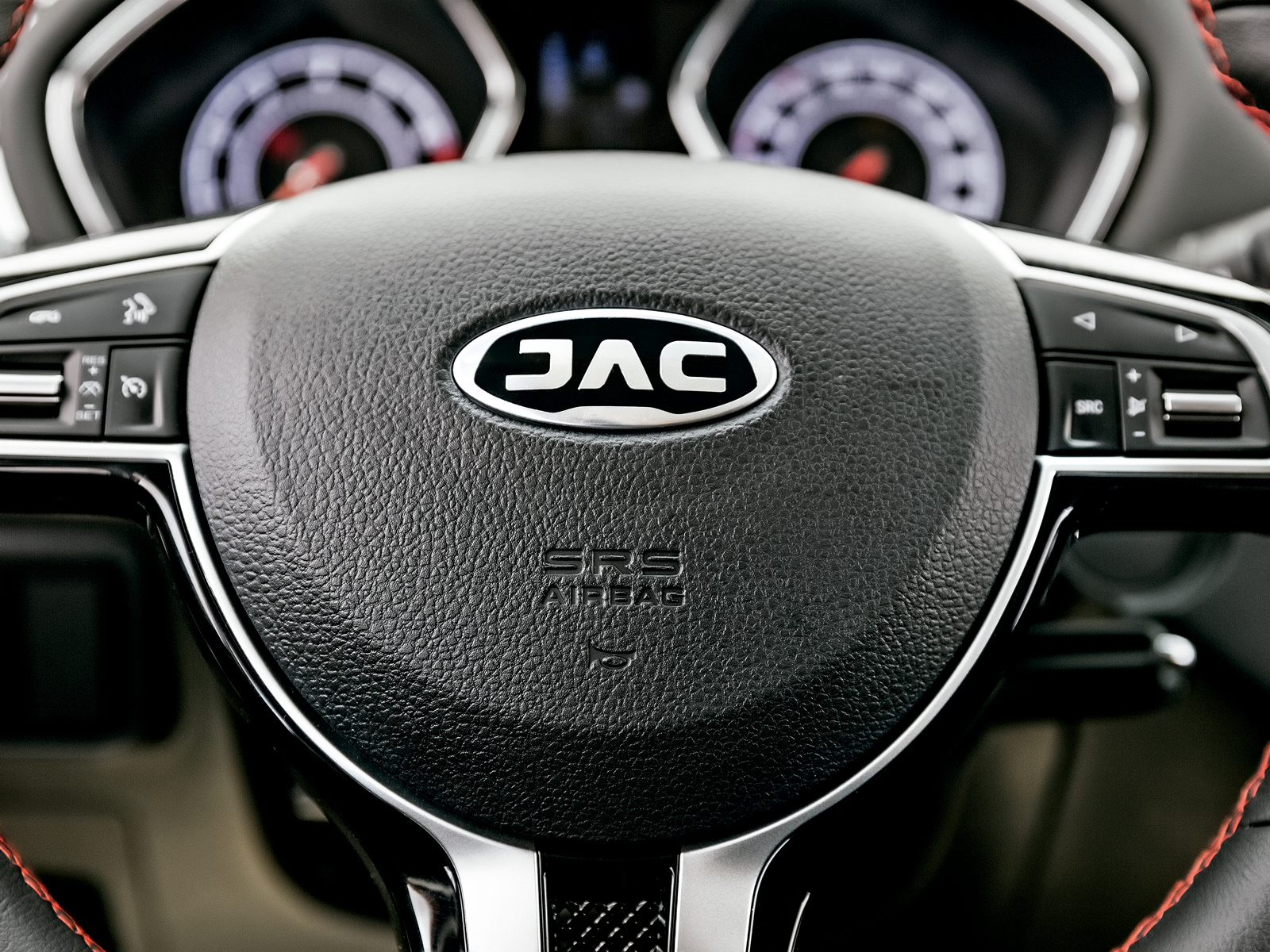 O volante ostenta o novo logotipo da JAC