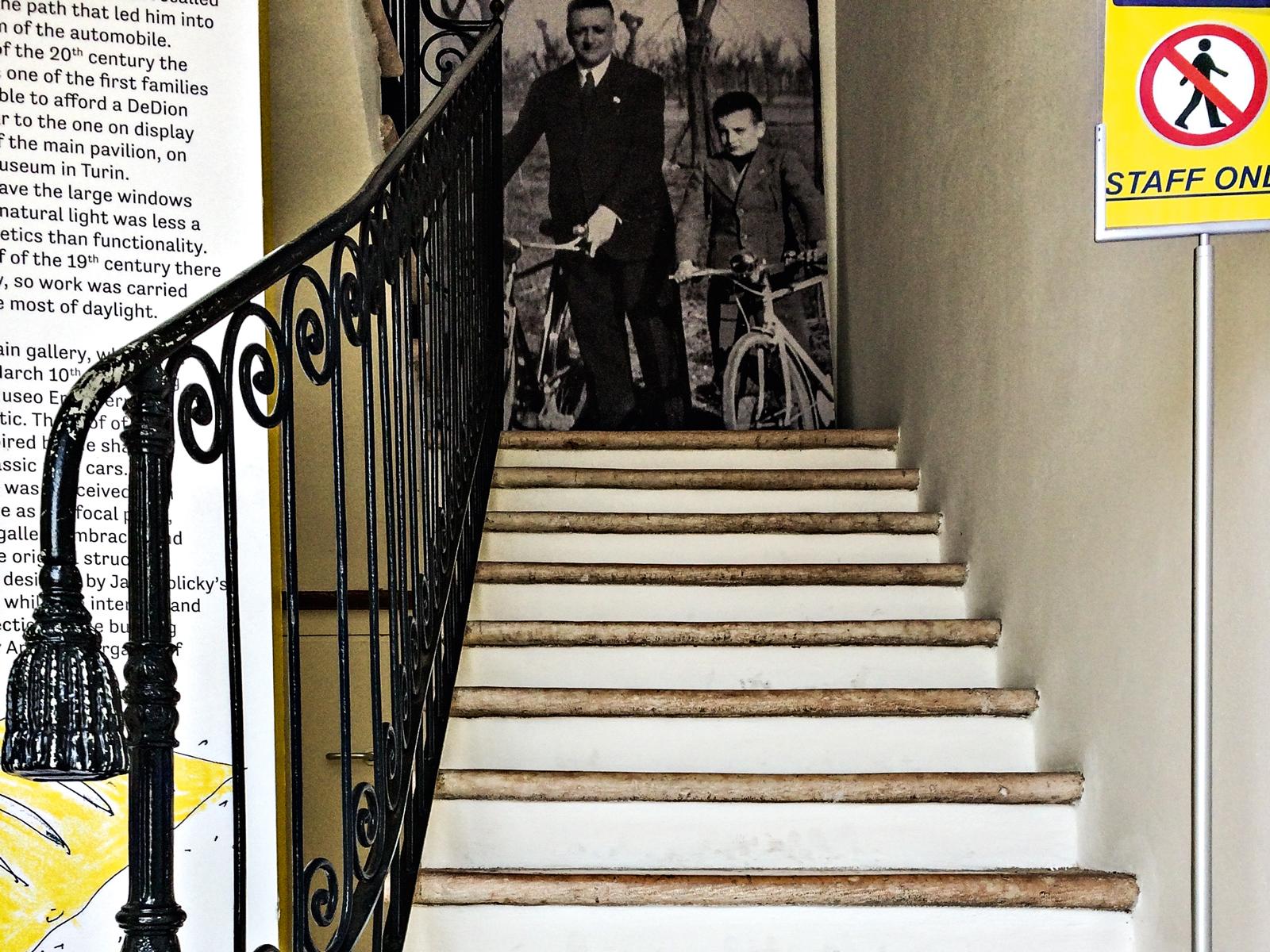 A escada onde Enzo costumava brincar, quando criança