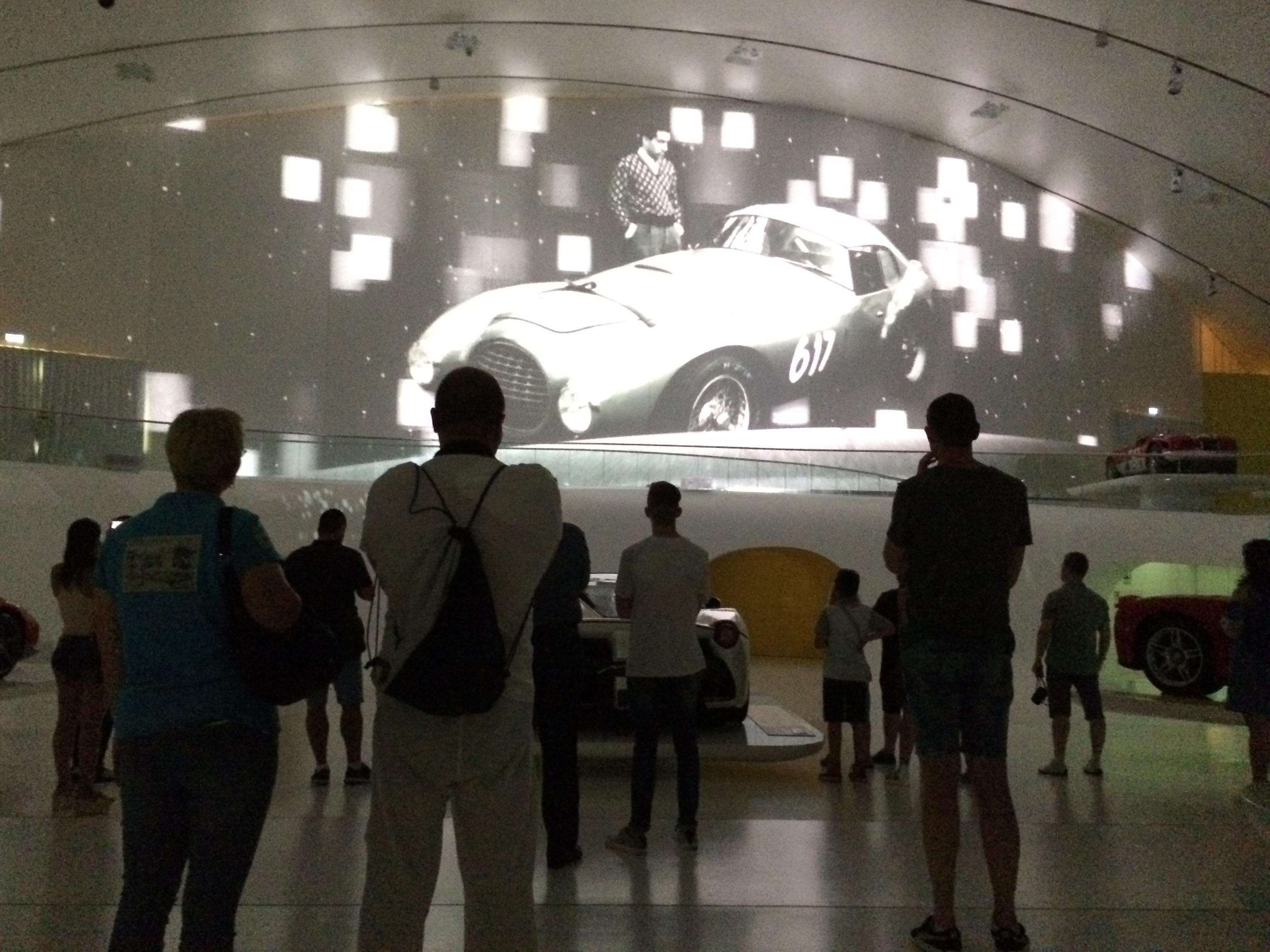 Durante a exibição do vídeo sobre a história de Enzo Ferrari