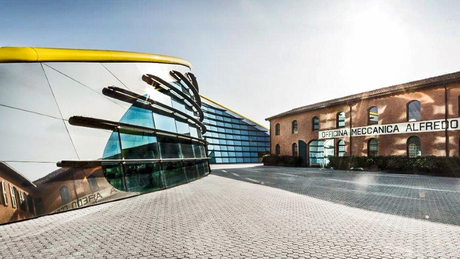 O prédio futurista tem projeções nas paredes. O antigo, que sediou a oficina de Alfredo Ferrari, pai de Enzo, e a casa da família Ferrari, hoje expõe motores legendários