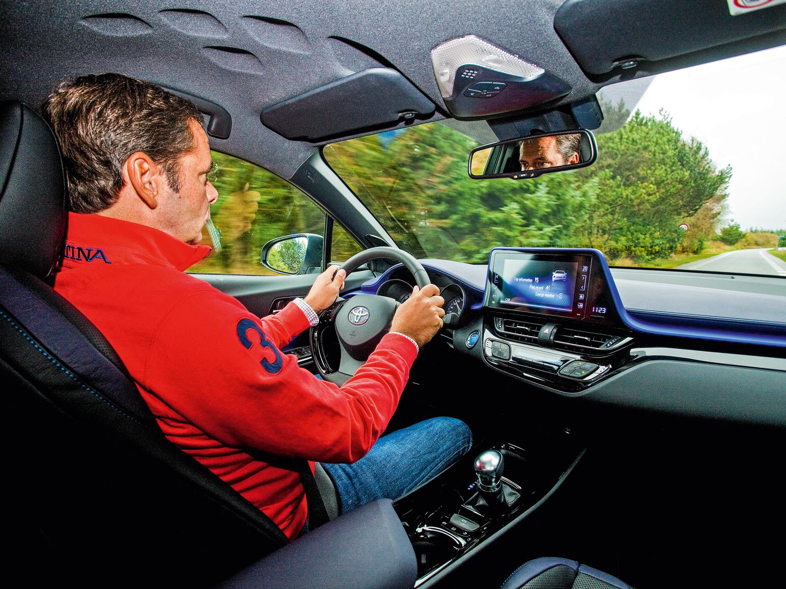 O motorista viaja com conforto. A iluminação interna é azul