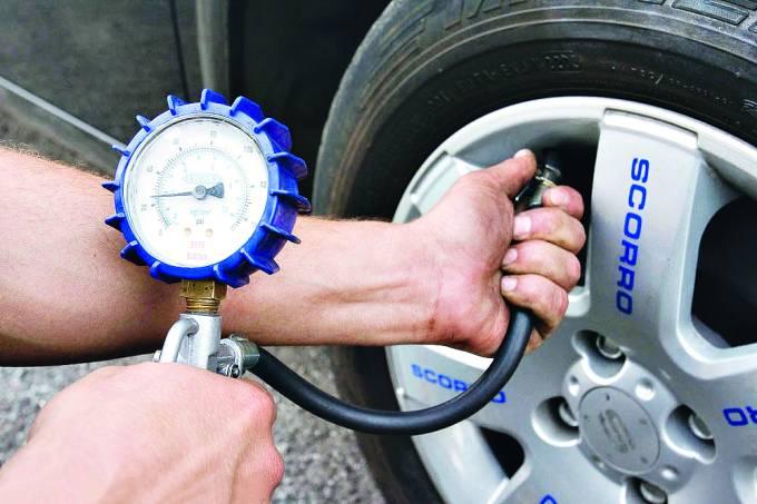 Checando a calibragem de pneu