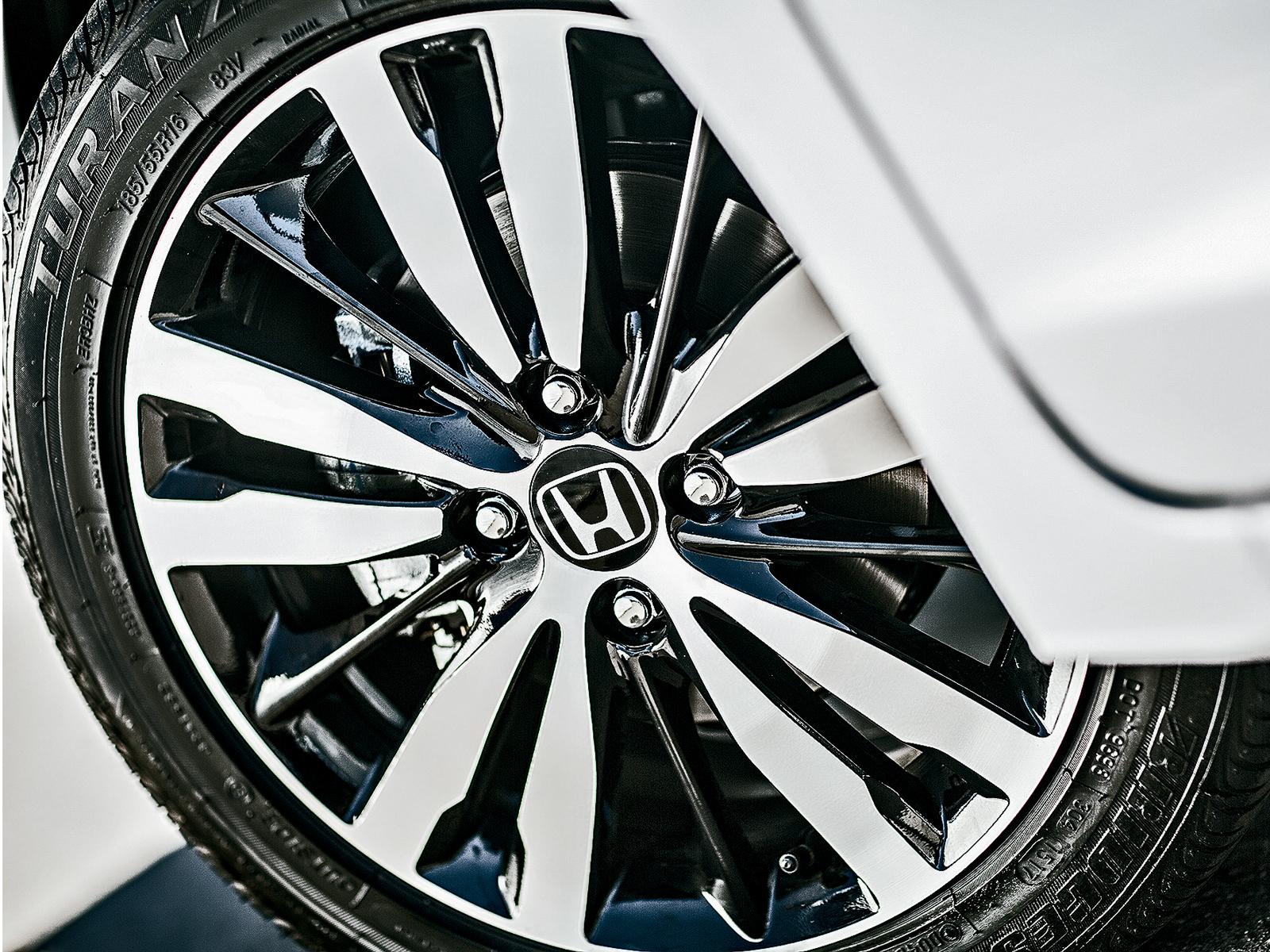 A roda é a mesma da linha anterior, o que muda é o acabamento bicolor no Fit 2018