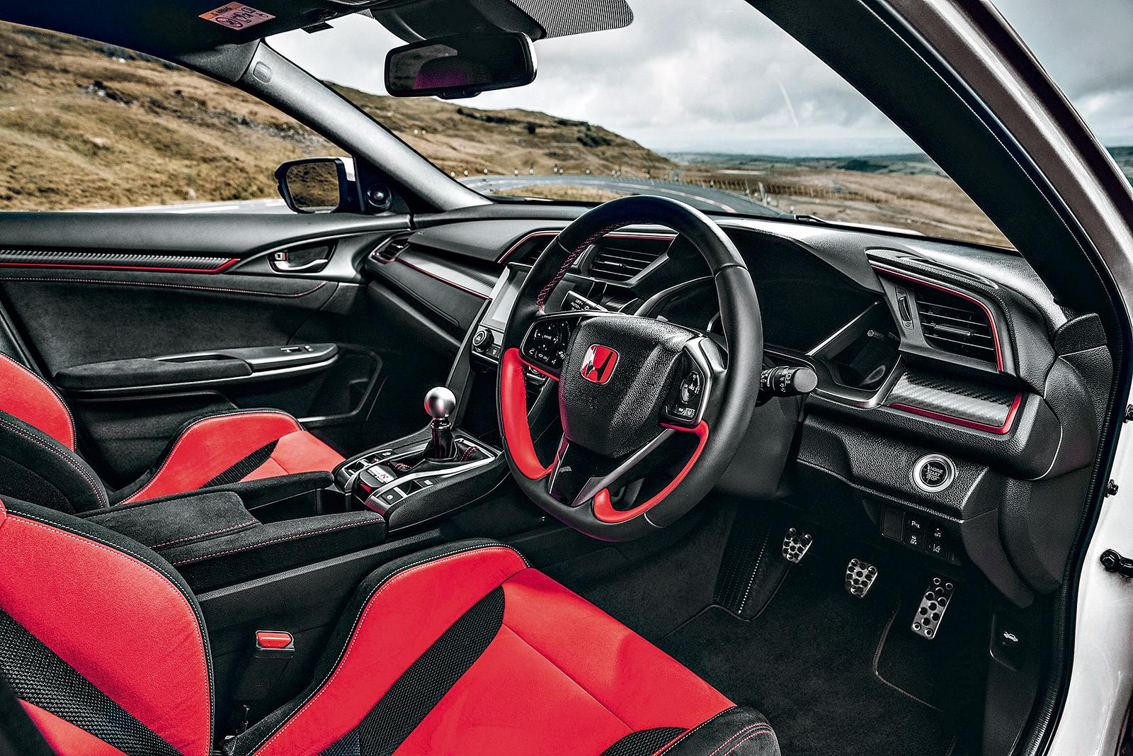 O vermelho na cabine é tradição nos Type R