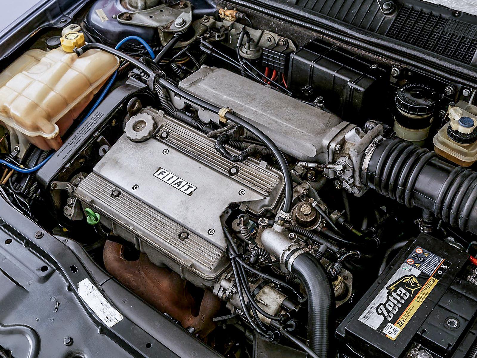 O motor era impulsionado com injeção eletrônica multiparto Magneti Marelli IAW 603