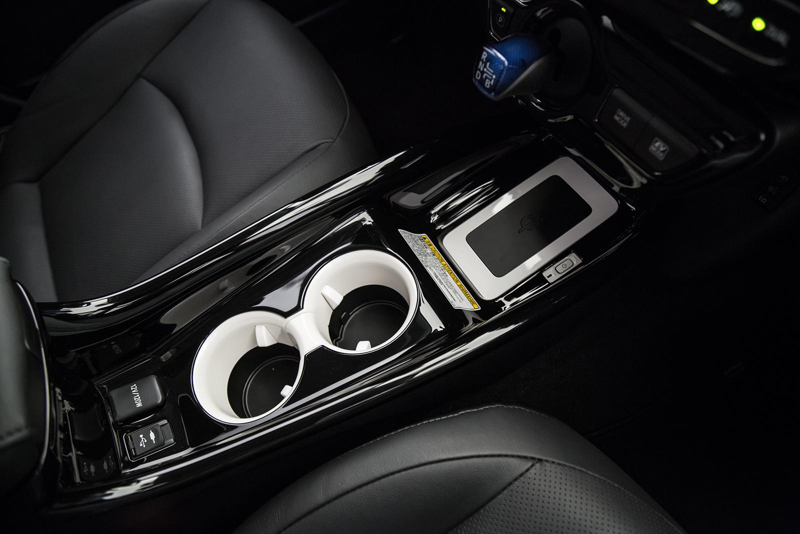 Detalhe do carregador de celular por indução do Prius