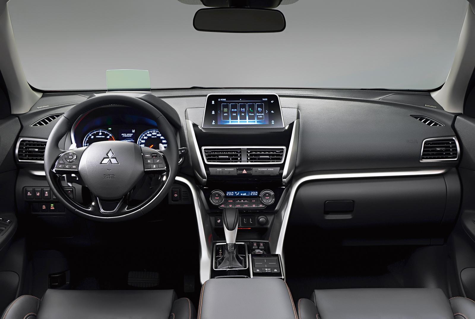 Interior é discreto, mas muito mais atraente que o dos Mitsubishi atuais