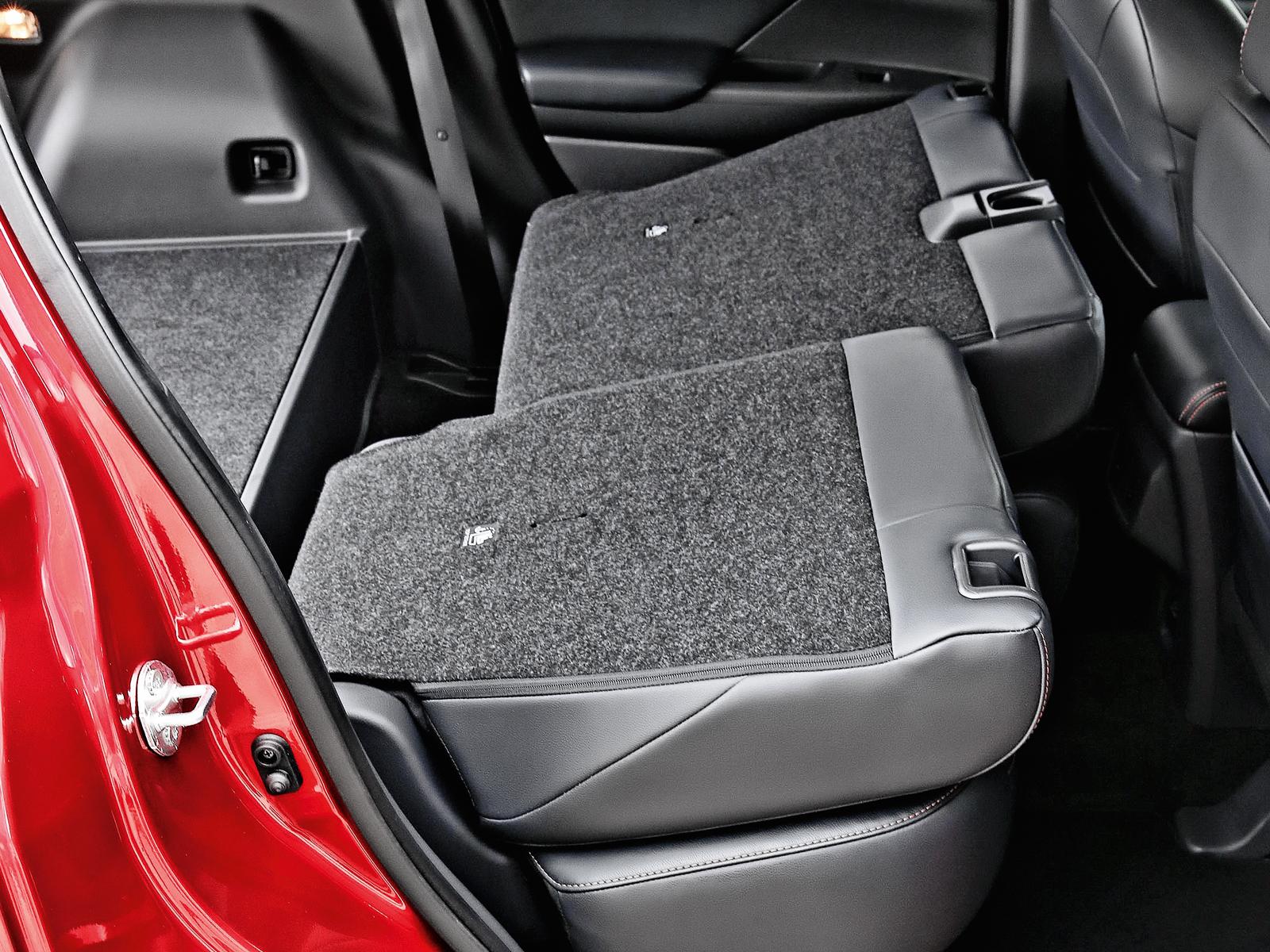 Além de bipartido, o banco traseiro é móvel, permitindo uma melhor acomodação de pessoas na cabine ou de bagagem no porta-malas