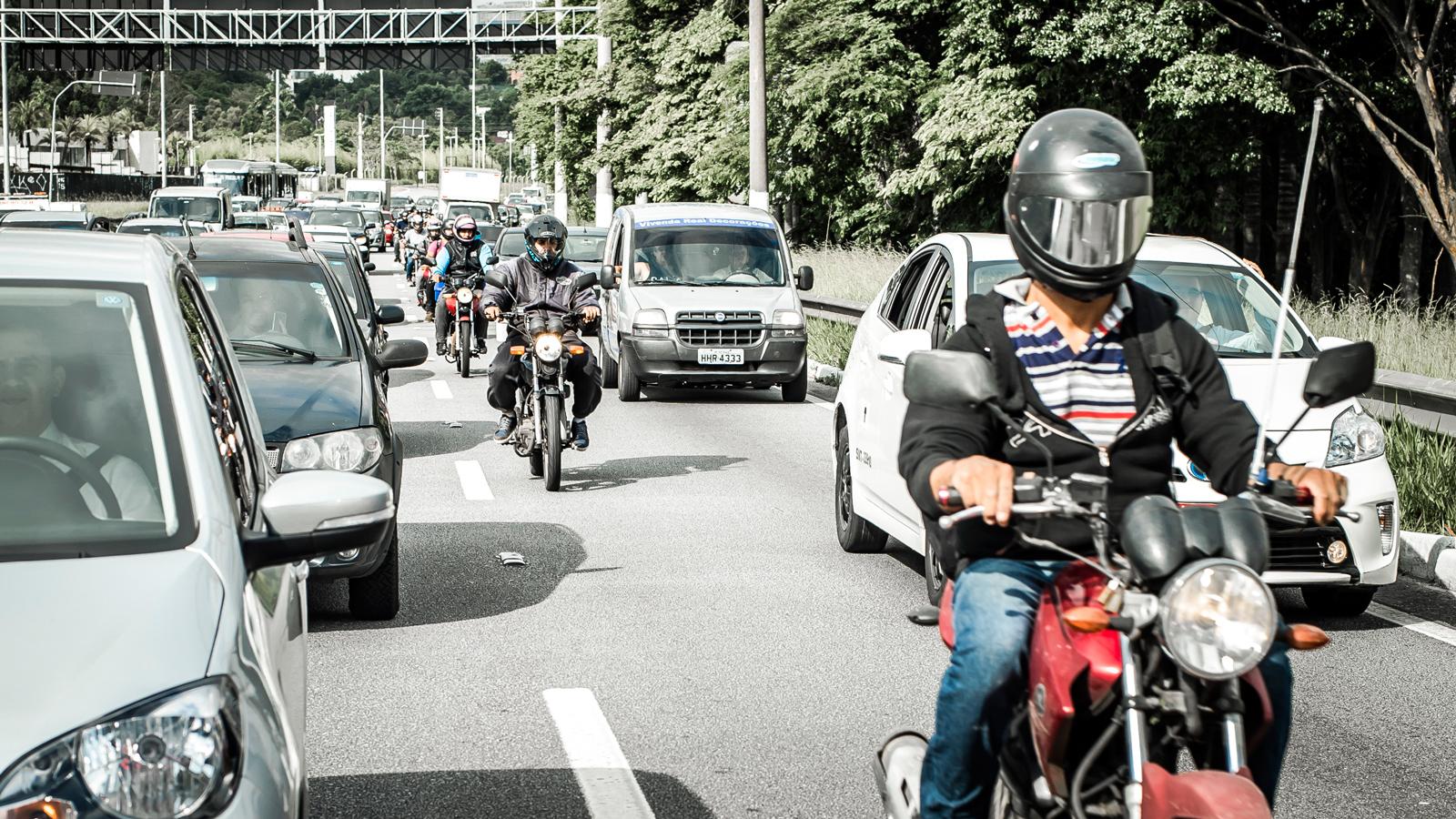 O trânsito de motos entre veículos parados é uma realidade