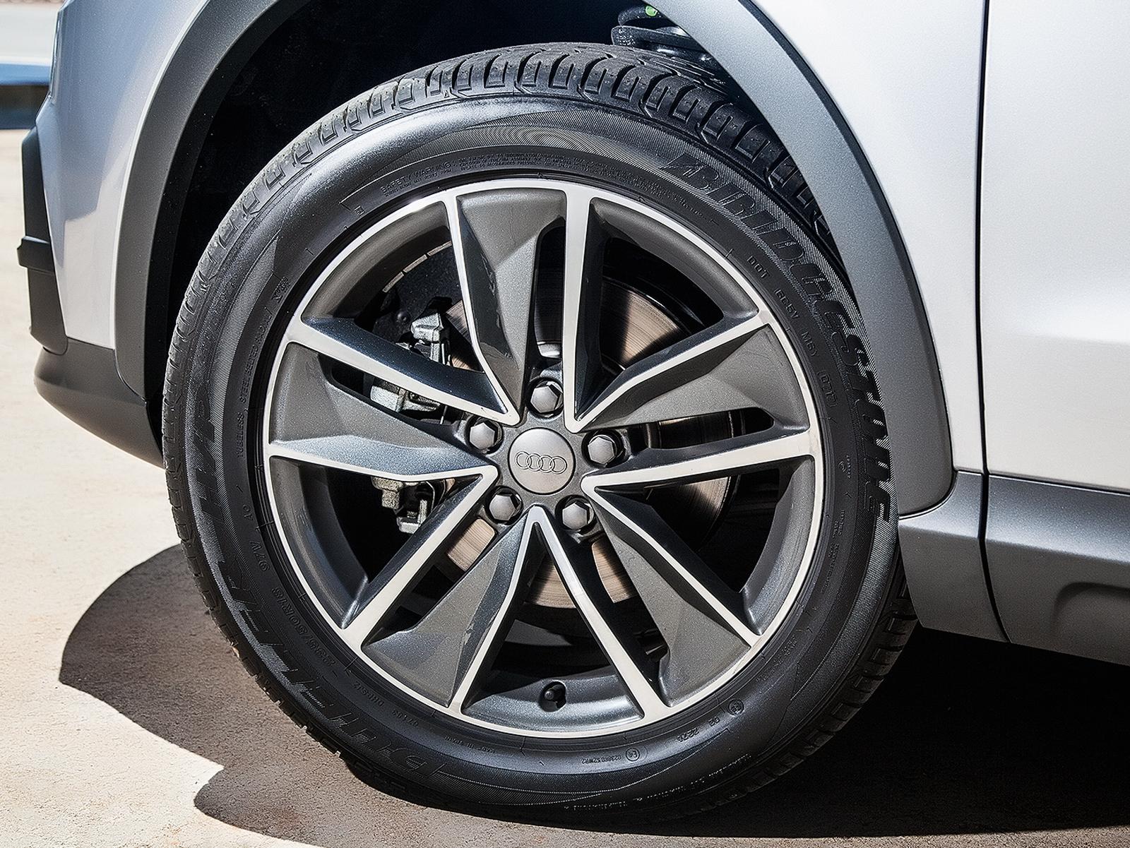 Rodas são de liga leve e os pneus aro 18