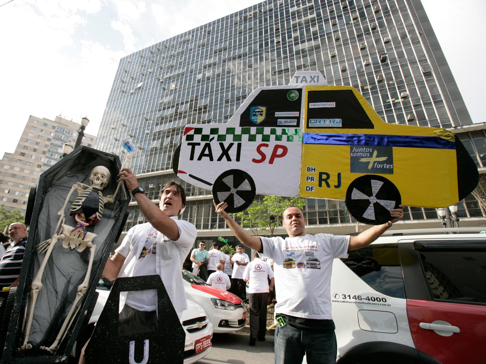 Manifestação de taxistas em frente a Câmara Municipal de São Paulo, durante a votação para a legalização do Uber