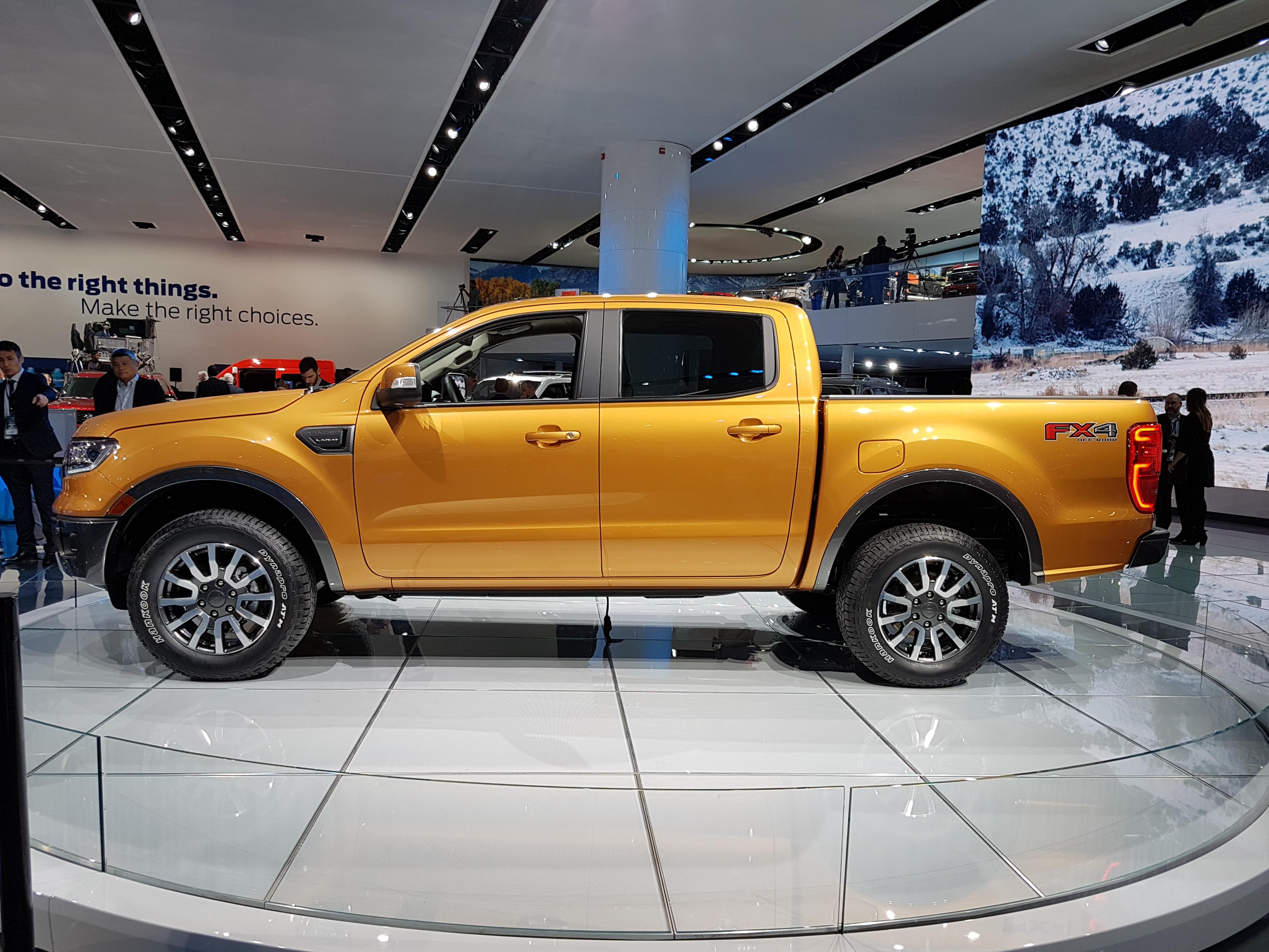 De lado parece a mesma Ranger que temos no Brasil, mas com molduras nas caixas de roda