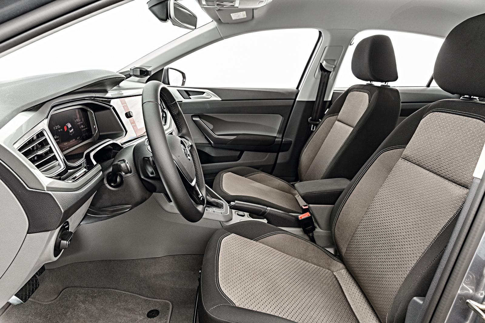 A posição de dirigir é confortável e a maciez da suspensão notada no Polo se repete