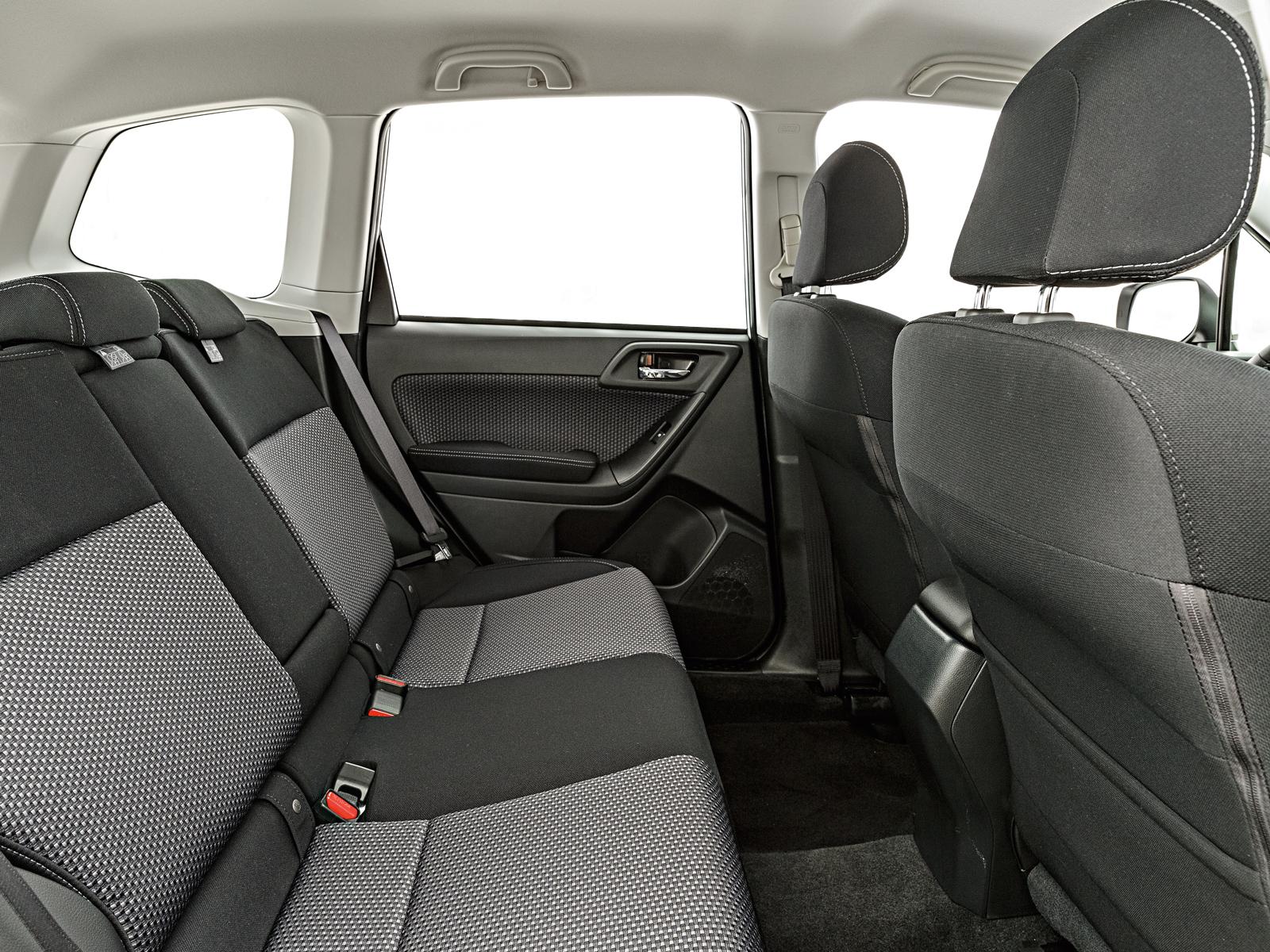 A cabine do SUV acomoda cinco pessoas