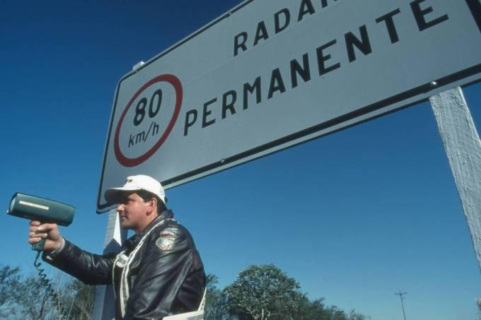 policial com radar portátil