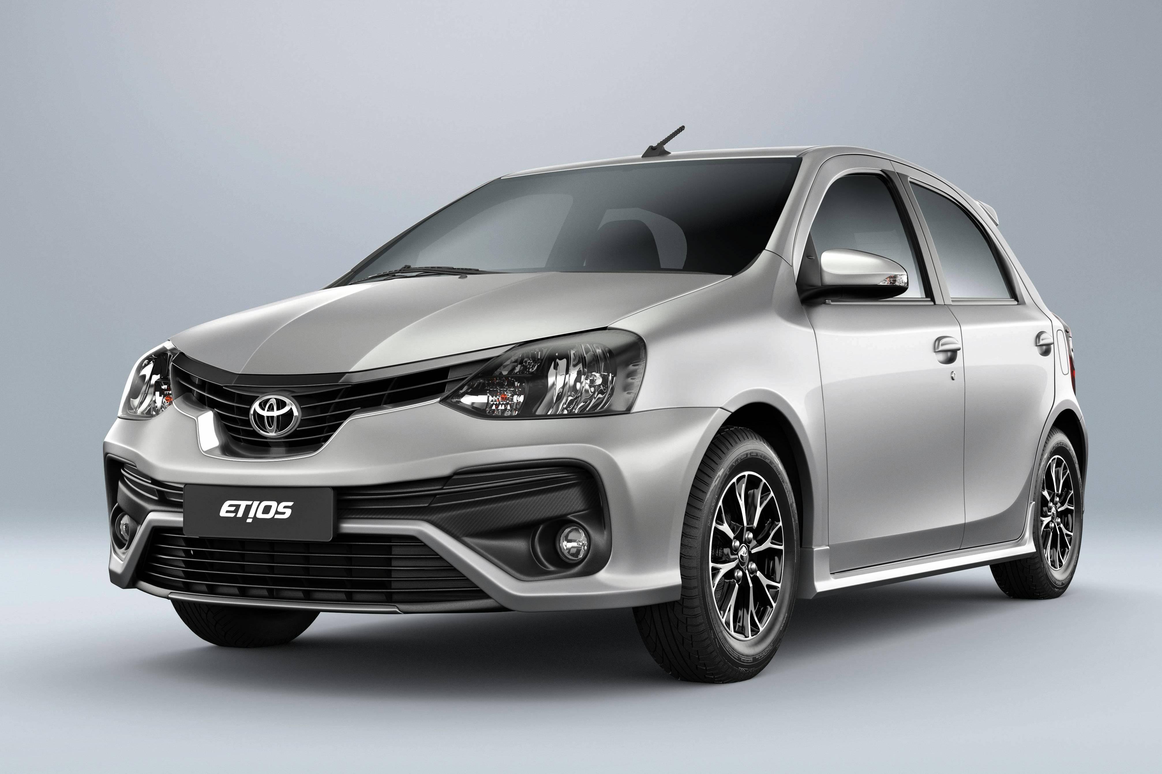 Toyota Etios X 1.3 prata estacionado na diagonal com fundo branco