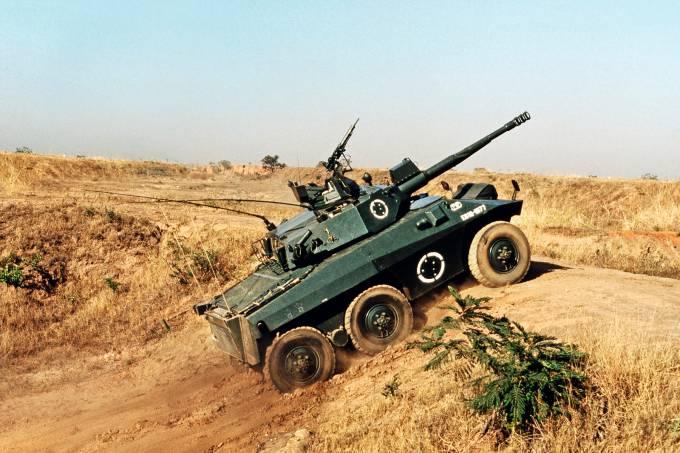 Tanque Cascavel EE-9, canhão de 90 mm, fabricado pela Engesa.