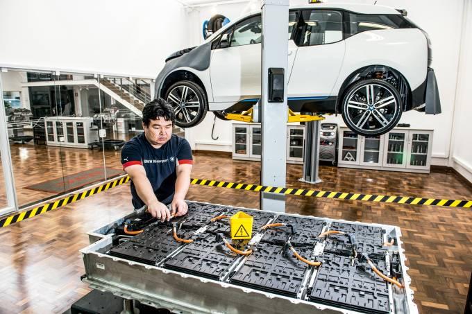 Oficina mecânica para carros elétricos e híbridos