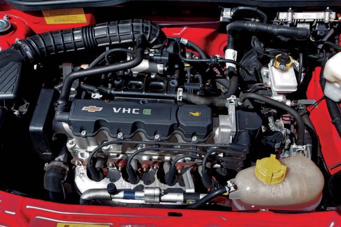 Motor do Prisma 1.0 8V modelo 2010 da Chevrolet, durante teste comparativo da re
