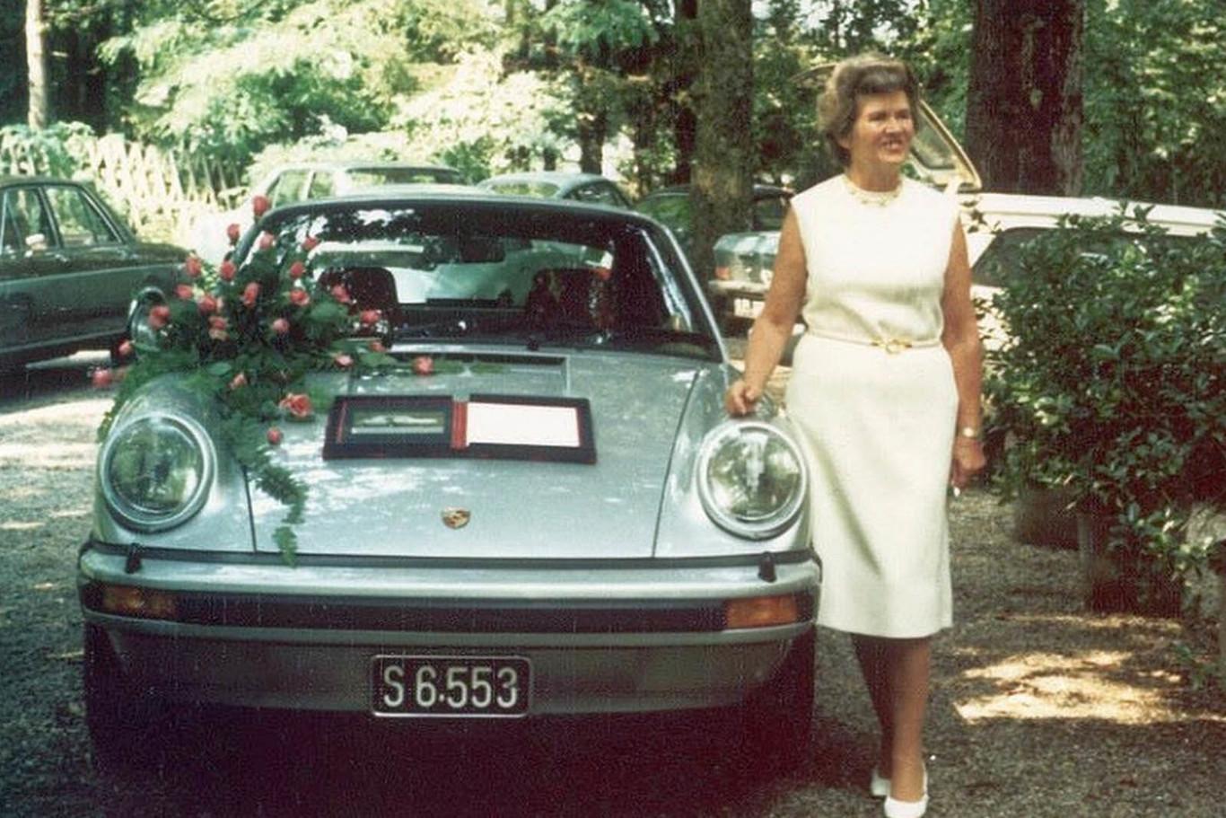 Louise ao lado do primeiro Porsche 911 Turbo