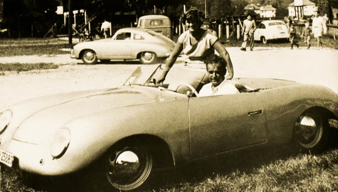 Louise e Ferry Porsche no protótipo 356.001, ainda com motor central