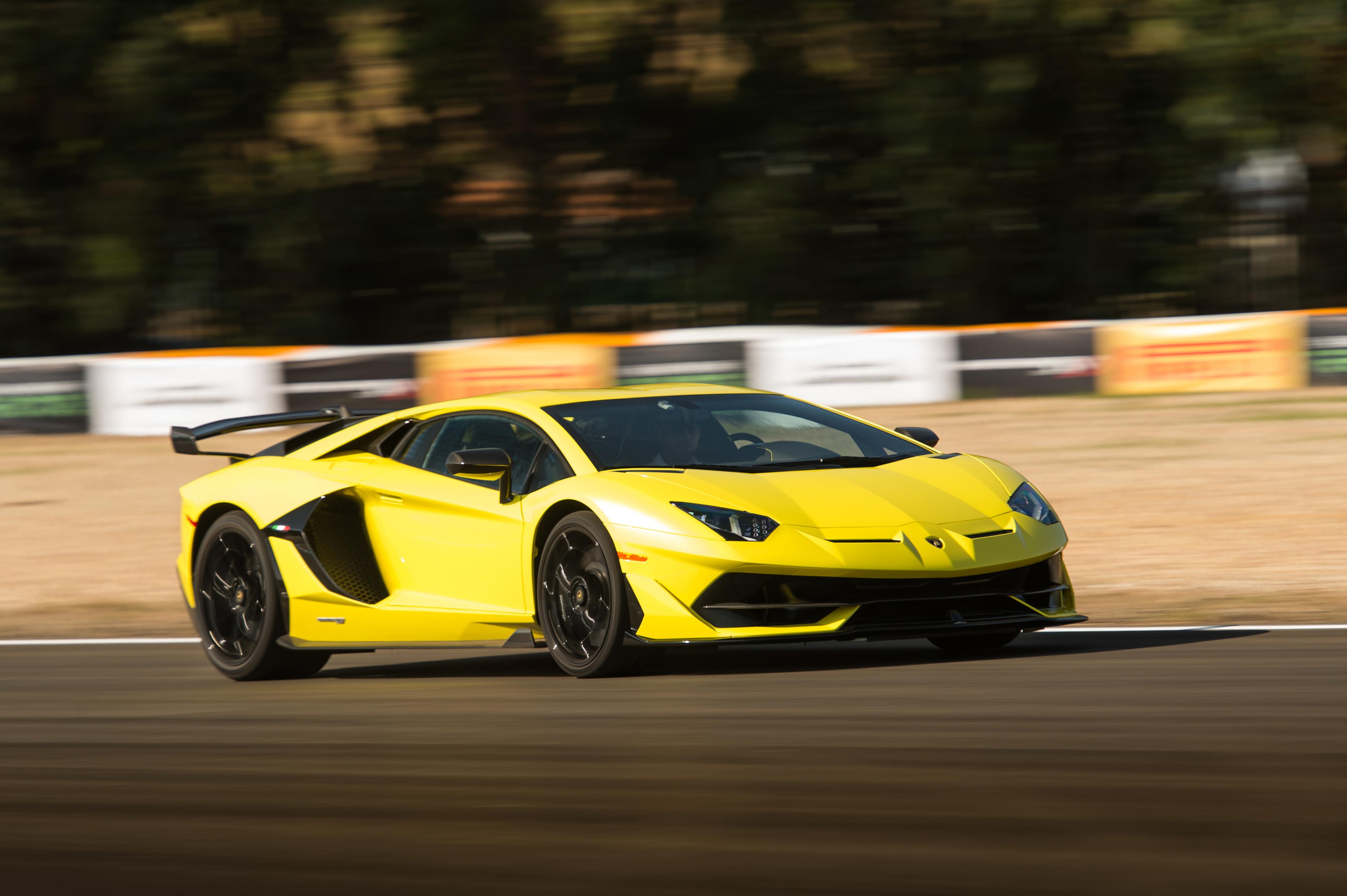 Abas ativas no meio do spoiler jogam o ar para baixo do carro ou para cima pelas duas fendas no bico do SVJ