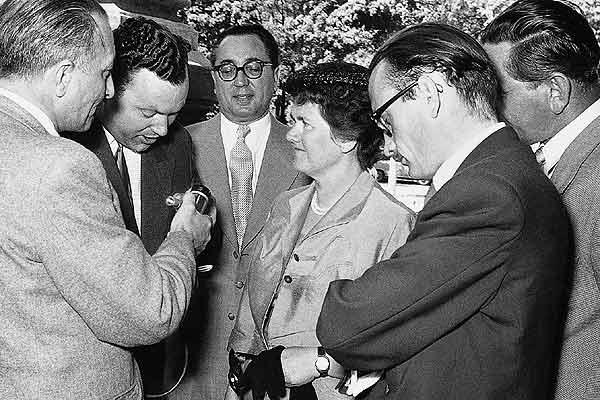 Louise Piëch rodeada por repórteres