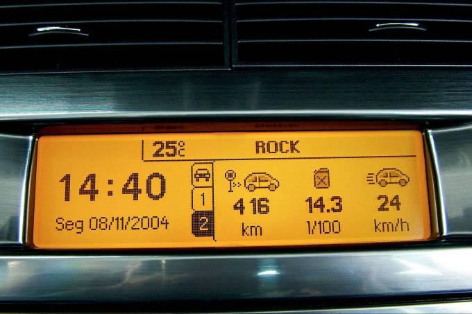 Visor digital do computador de bordo do C4 2.0 VTS, da Citroën.