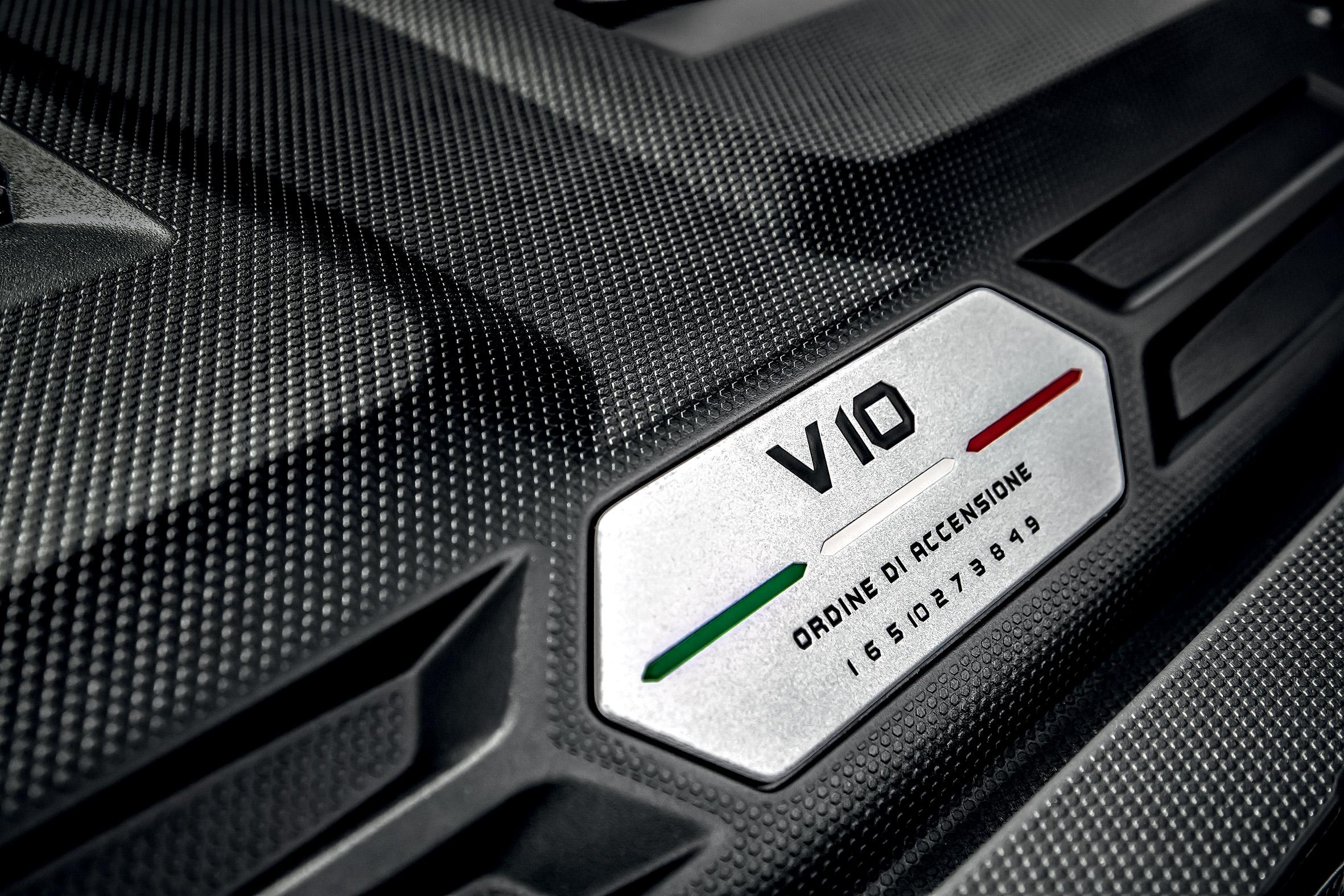 A visão do motor V10 aspirado é um espetáculo à parte.