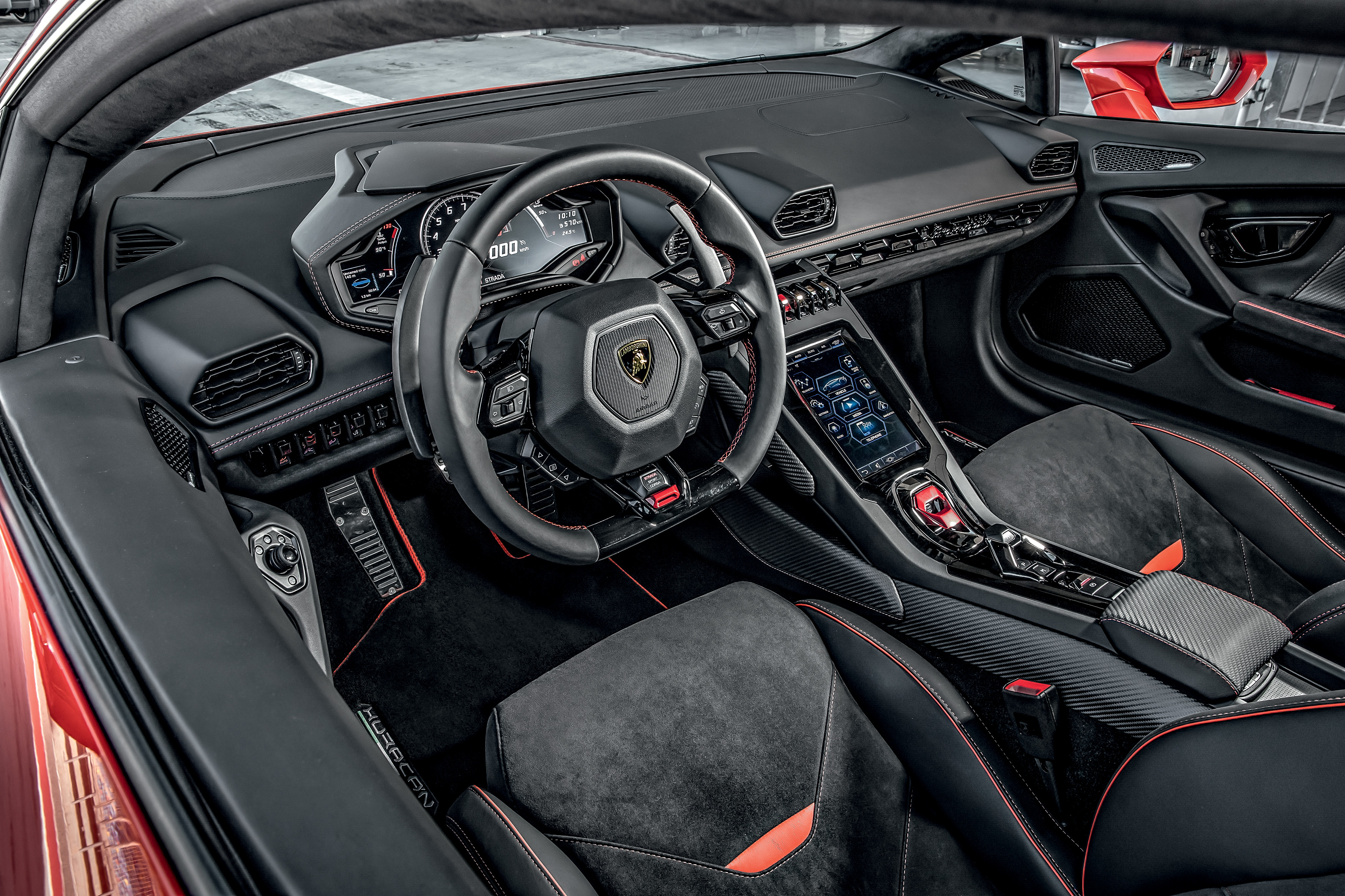 Seguindo o visual da carroceria, o interior também recorre às formas hexagonais, das telas aos bancos, passando pelo volante