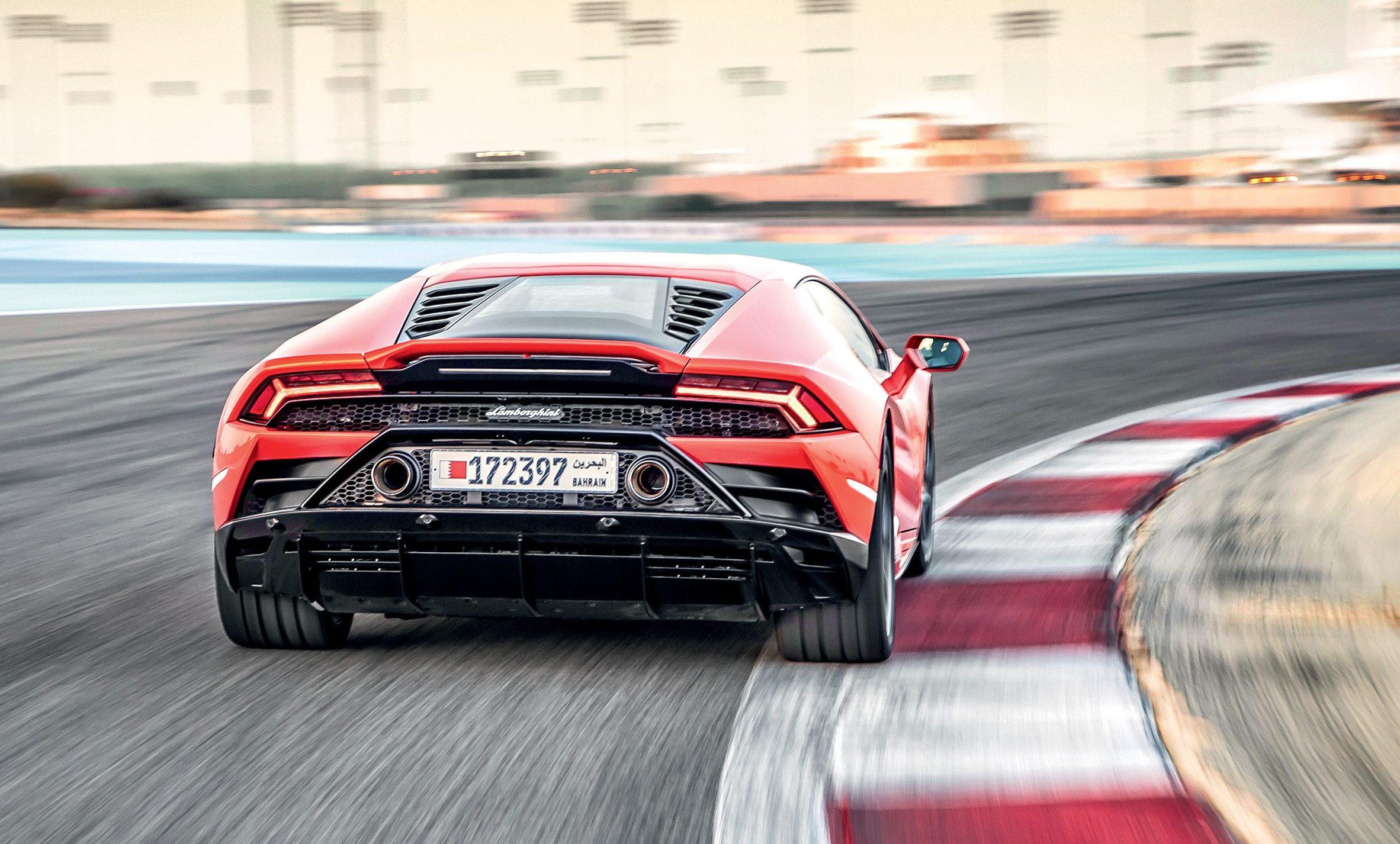 Entre as melhorias aerodinâmicas, os novos spoiler e difusor atrás e os escapes mais altos