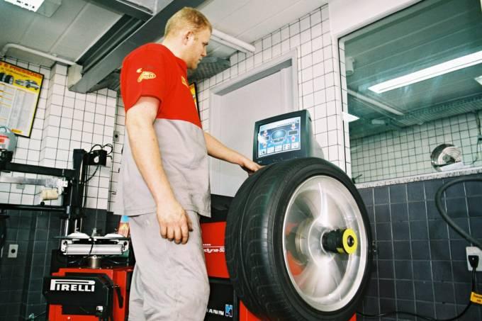 Balanceamento do pneu esportivo da loja Roadstone Pneus.