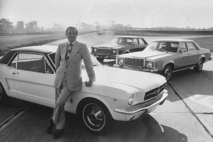 Lee Iacocca posando ao lado do Ford Mustang