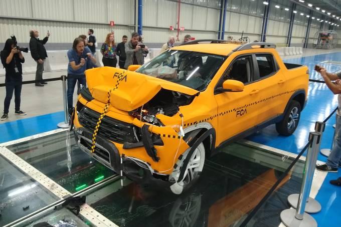 Crash-test da Fiat Toro no novo centro de segurança em Betim (MG)