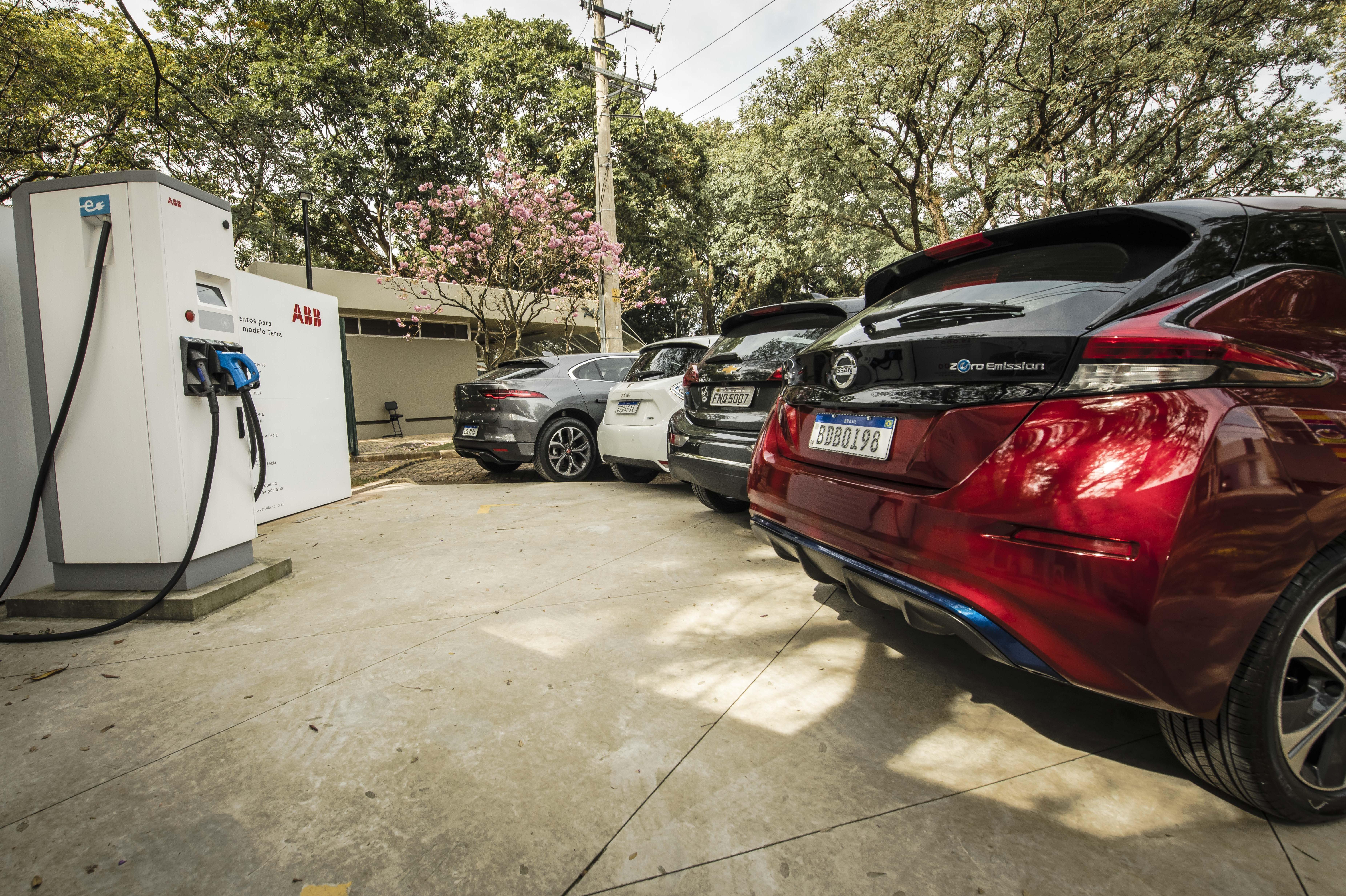 Chevrolet Bolt, Jaguar i-Pace, Nissan Leaf e Renault Zoe vistos de trás