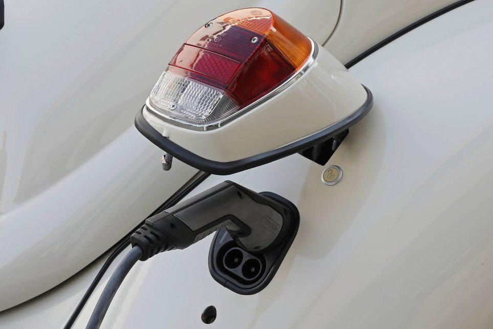 Carregador da bateria fica sob a lanterna traseira direita