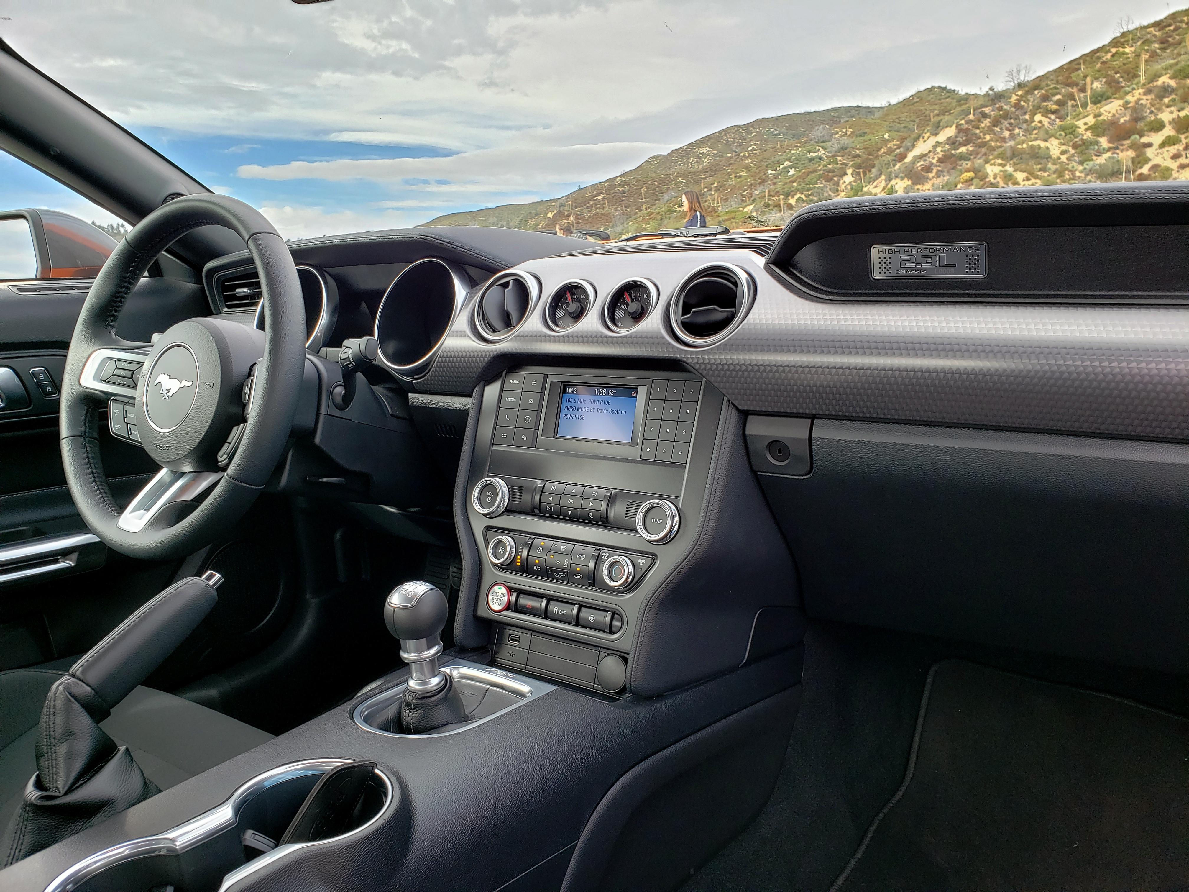 O interior é simples: a tela colorida do rádio serve para ver as imagens da câmera de ré