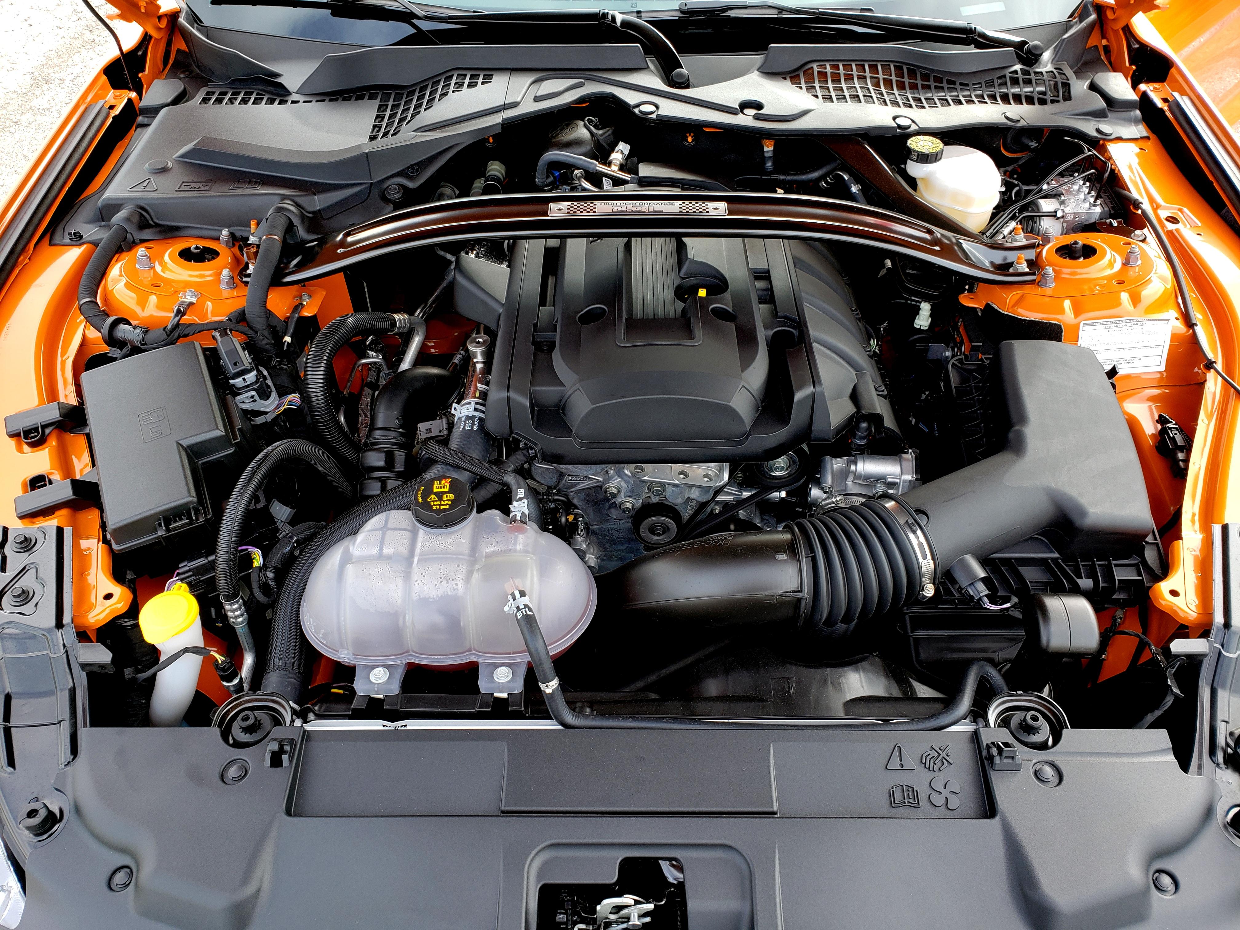 Motor 2.3 EcoBoost veio do Focus RS, mas está instalado na longitudinal pois a tração é traseira