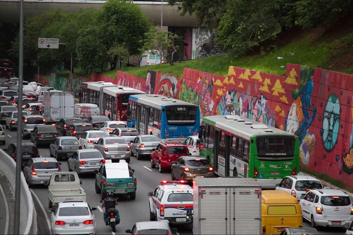 Projeto de Bolsonaro que afrouxa leis de trânsito será votado. O que muda?