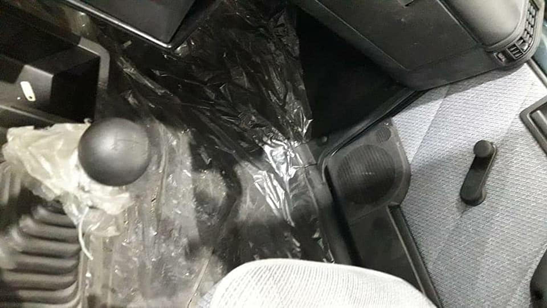Alguns carros ainda tinham plásticos na cabine...