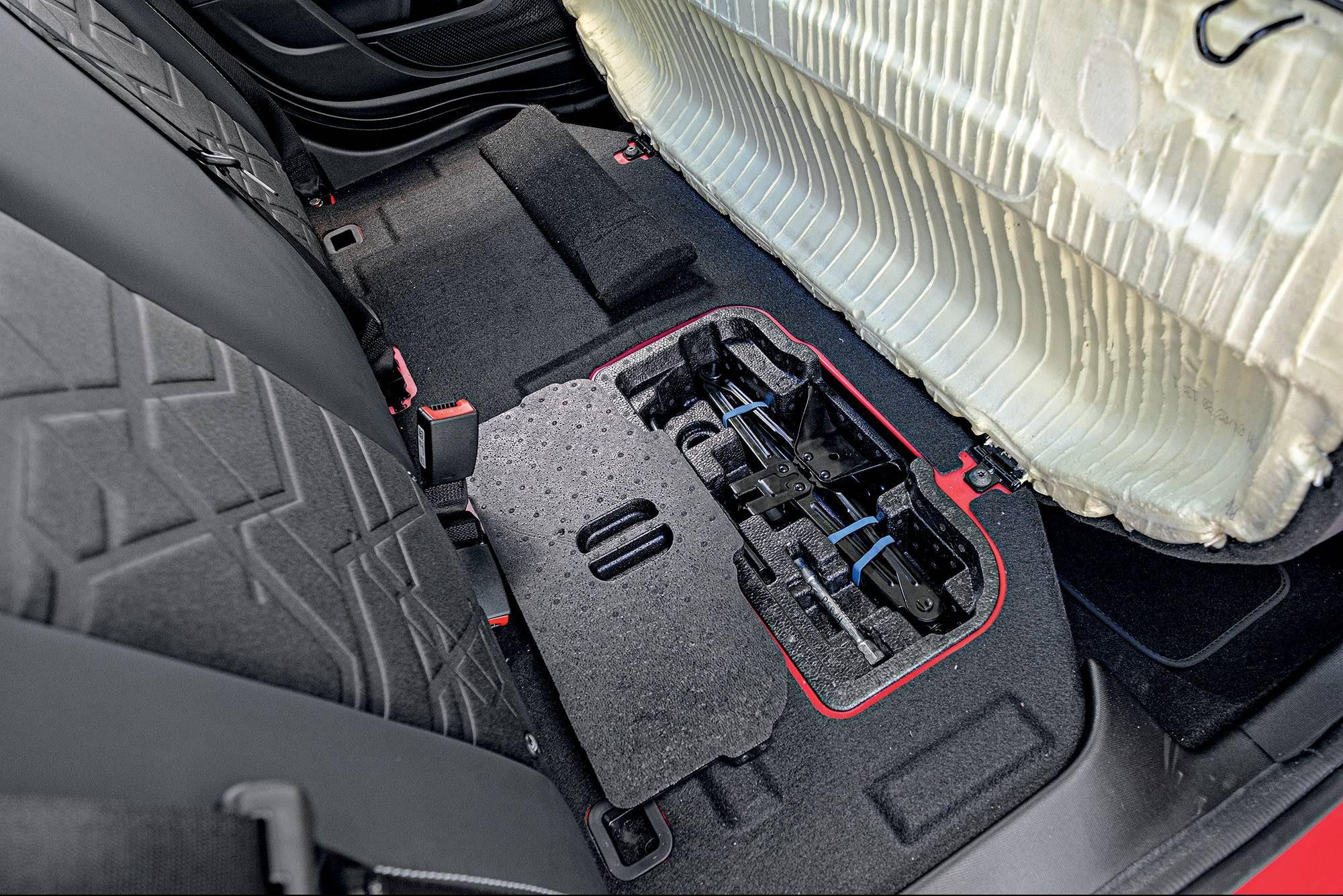 Kit de ferramentas básicas de emergência viaja sob o assento traseiro
