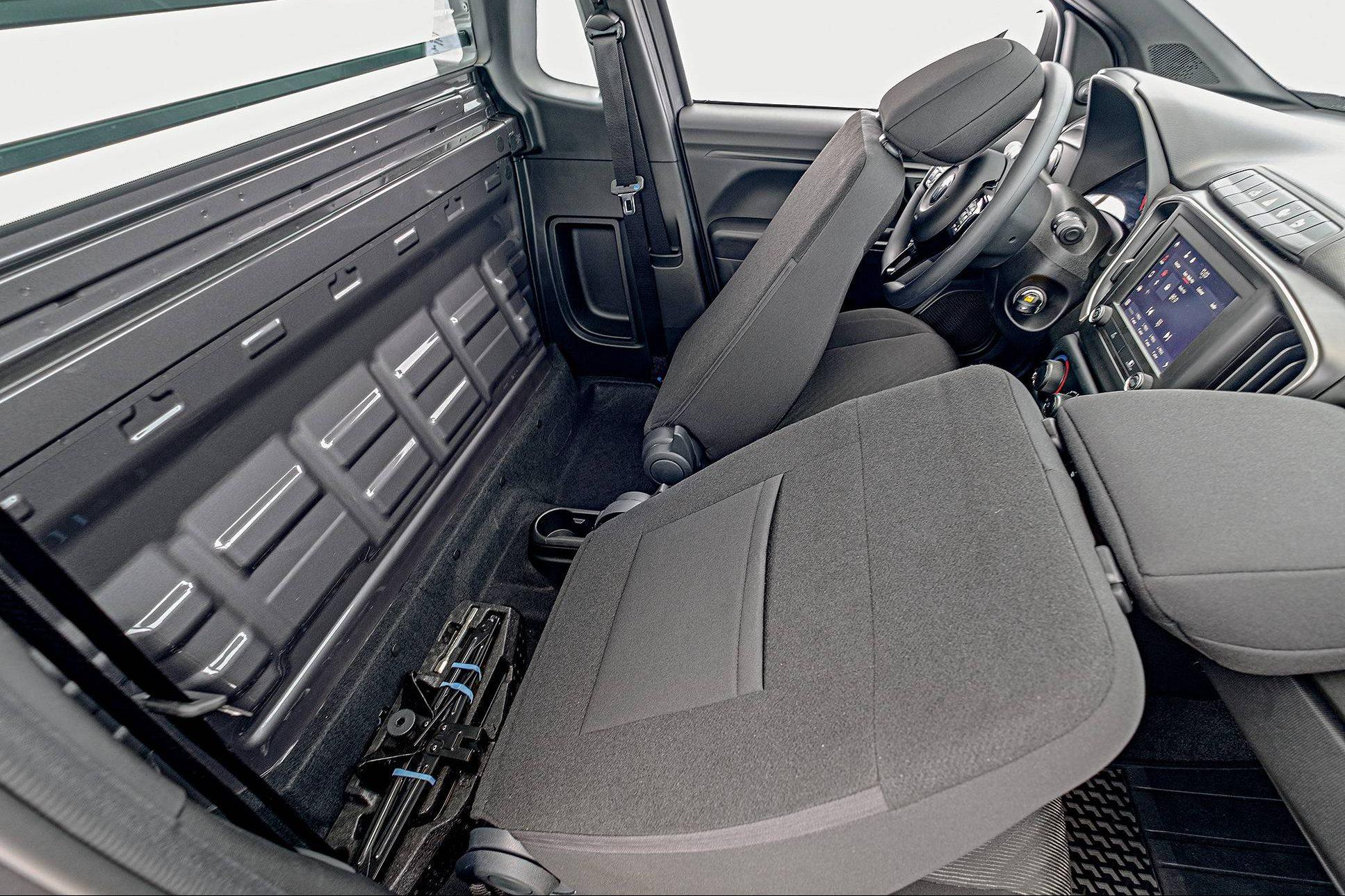 Versão de cabine simples tem mais espaço para as pernas do que a de cabine dupla