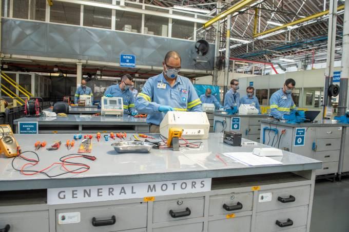 Voluntários da GM ajudam a consertar respiradores