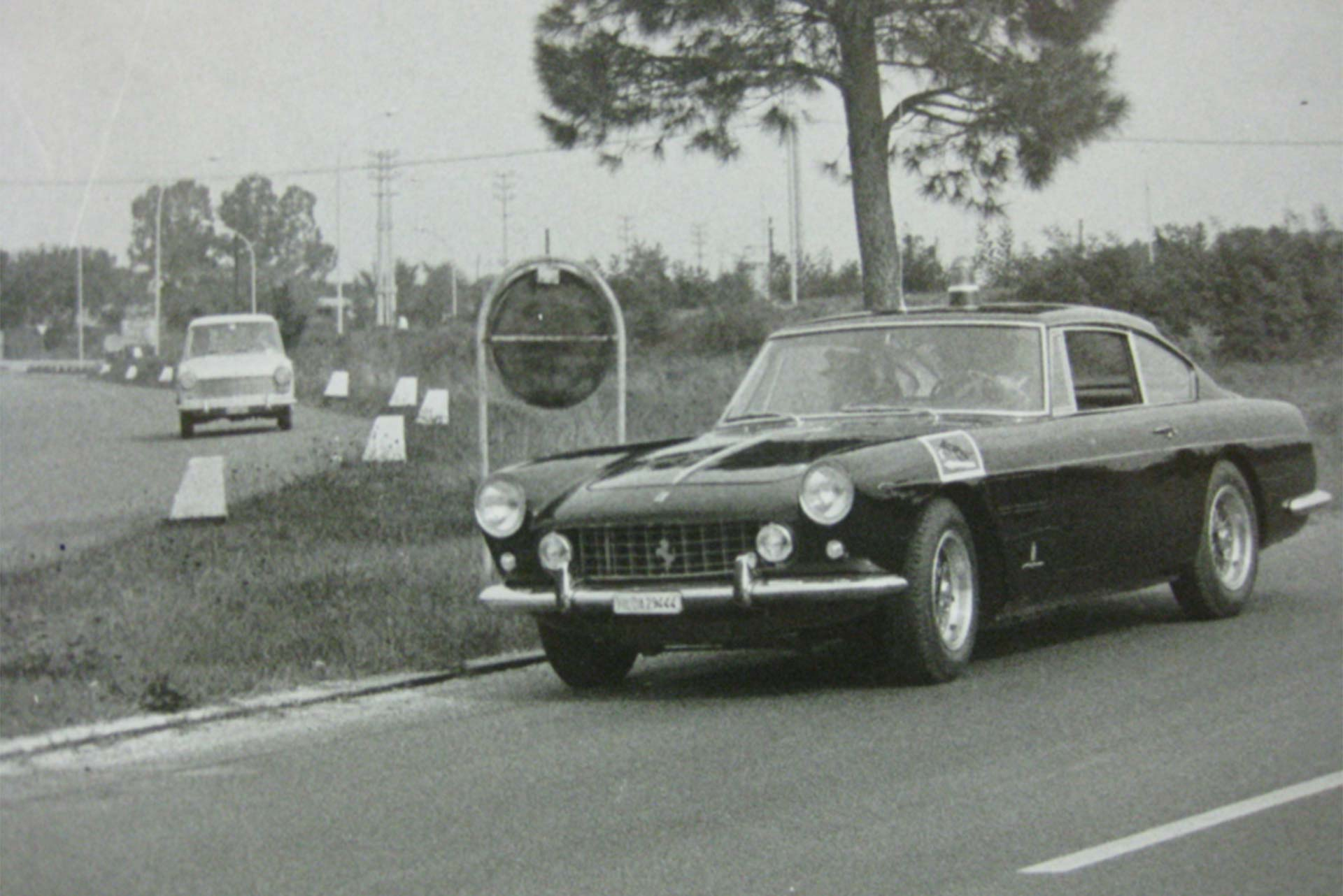 A Ferrari viatura cumprindo seu dever nos anos 60