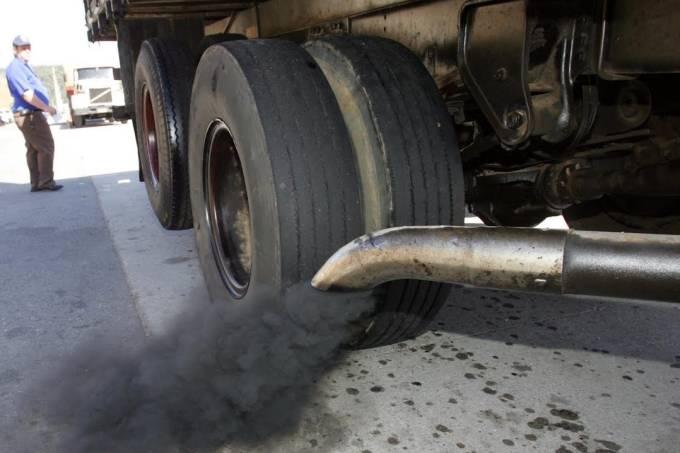 Fumaça do escapamento de caminhão