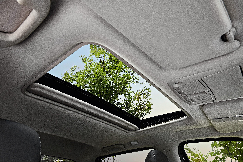 Revestimento imita couro, bancos dianteiros têm ajustes elétricos, assim como o teto solar