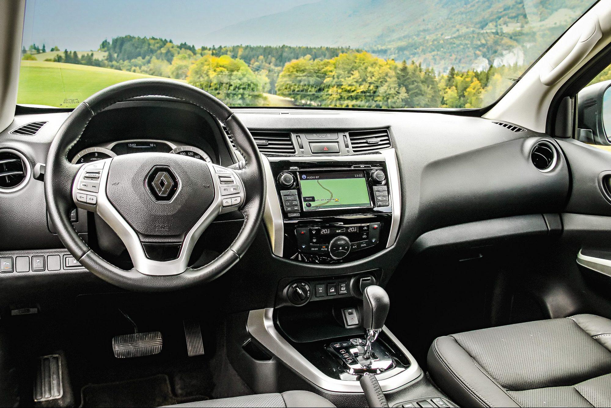 Cabine só é distinguível pelo emblema da Renault no volante