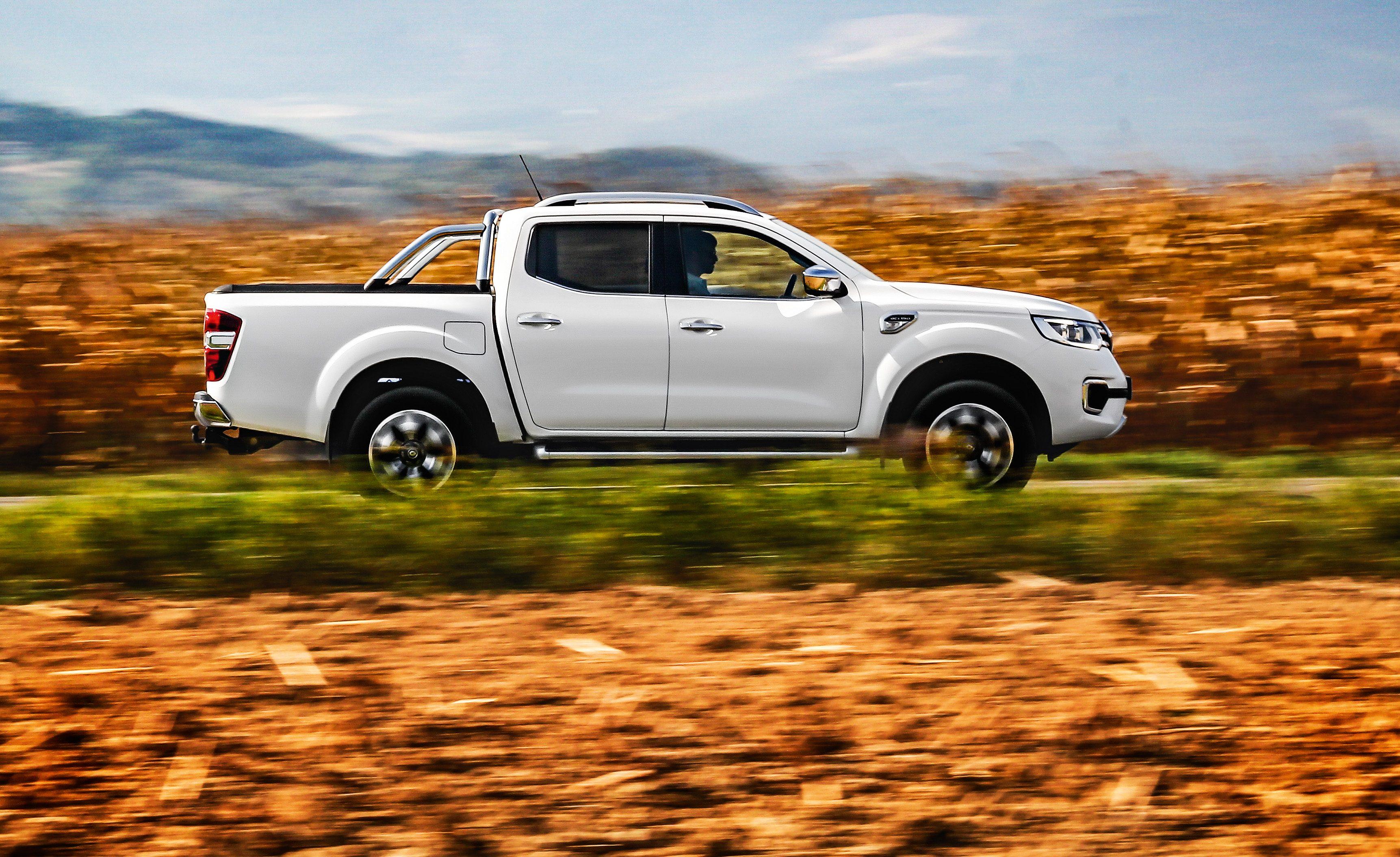 O design da lateral não disfarça o parentesco com a Nissan Frontier