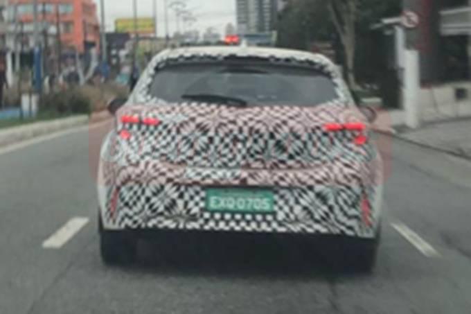 Flagra Toyota Corolla Cross em mula de Corolla hatch